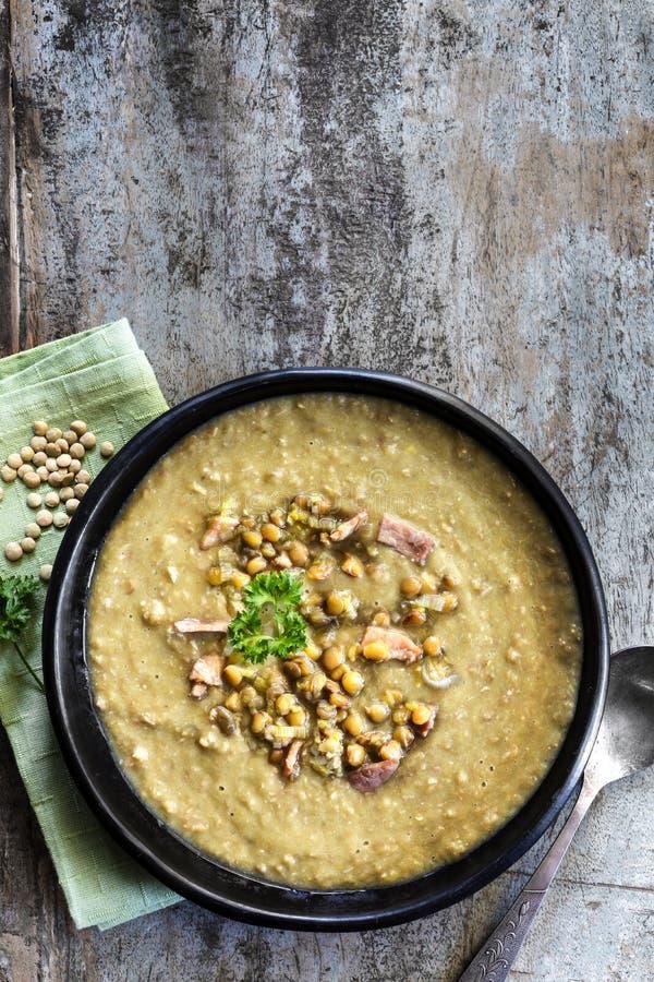 Лентильская супа с Ликом и беконом стоковые фото