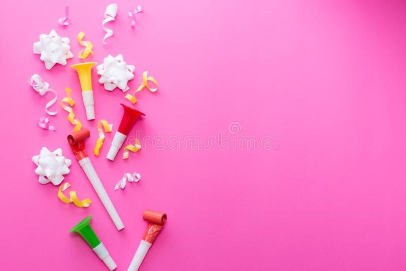 Ленты партии Colorul на розовой предпосылке белизна торжества изолированная принципиальной схемой Плоское положение стоковое фото rf
