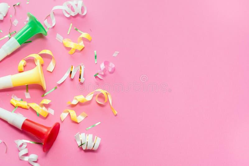 Ленты партии Colorul на розовой предпосылке белизна торжества изолированная принципиальной схемой Плоское положение стоковые фотографии rf