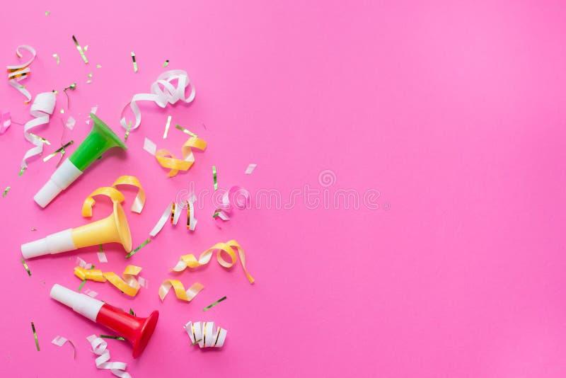 Ленты партии Colorul на розовой предпосылке белизна торжества изолированная принципиальной схемой Плоское положение стоковые изображения