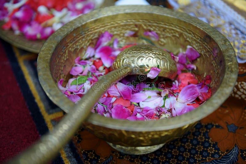 Лепестки розы внутри винтажного бронзового шара стоковые изображения