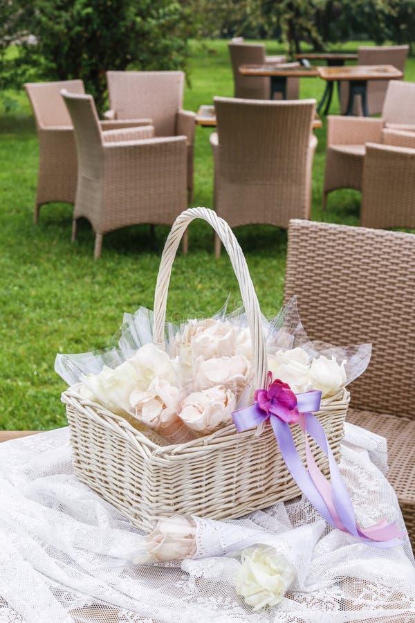 Лепестки розы в бумажных корнетах Confetti свадьбы стоковое изображение