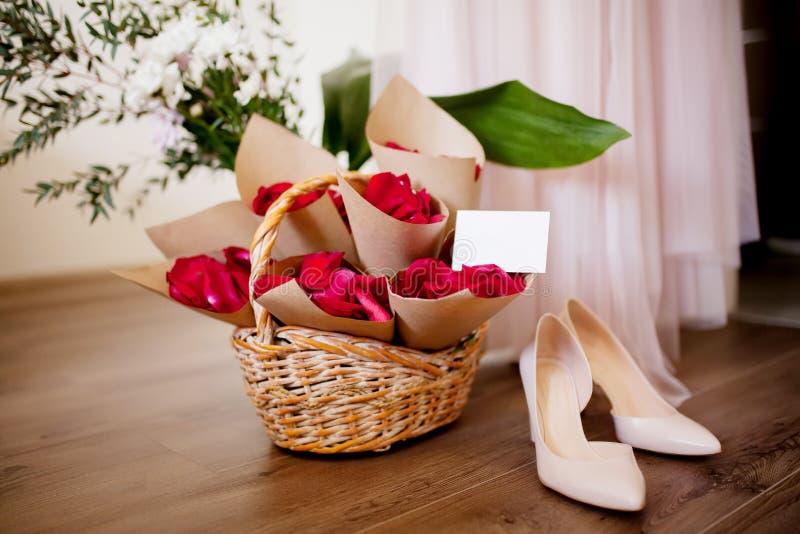 Лепестки розы для wedding, ботинок ` s невесты и платья стоковое фото rf