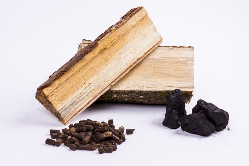 Лепешка тимберса, угля и биомассы - белая предпосылка. стоковое фото rf