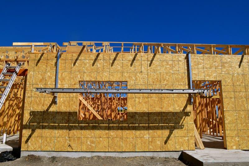 Леса лестницы и смертной казни через повешение на строительной площадке стоковые изображения rf