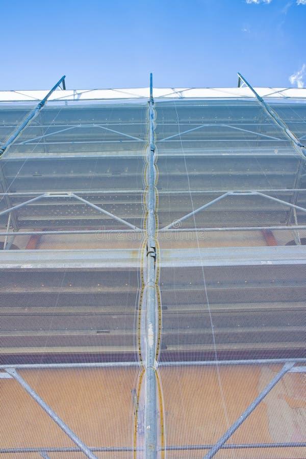 Леса металла с пластиковой решеткой для восстановления строя фасада в итальянской строительной площадке стоковое изображение