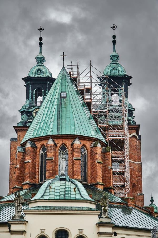 Леса на крыше готического собора стоковое фото