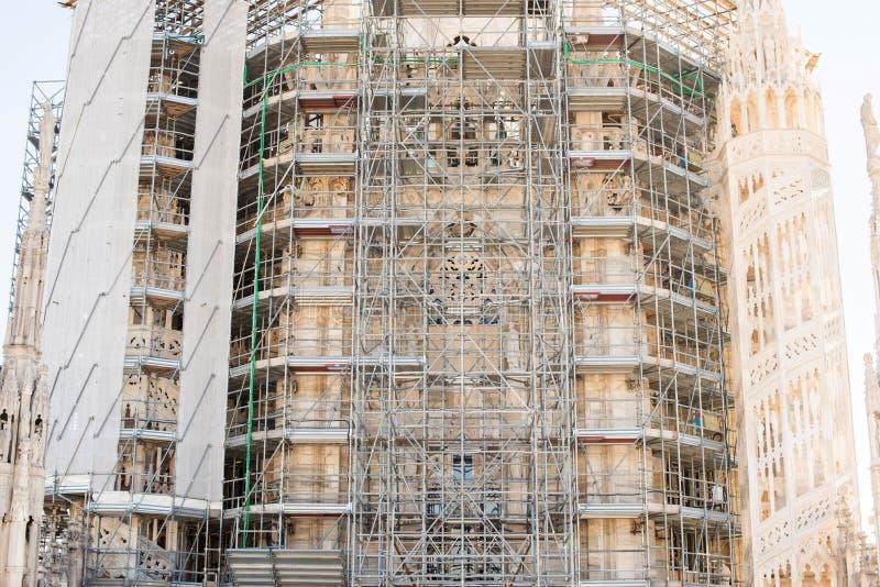 Леса на крыше собора Duomo милана стоковое изображение