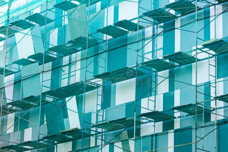 Леса на фасаде здания сеть безопасности падени-защиты Buil стоковые изображения rf