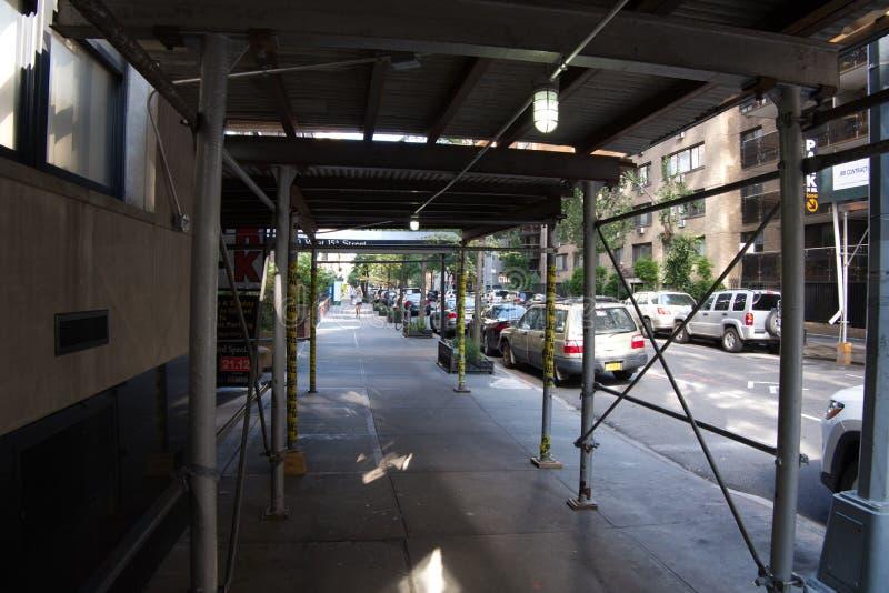 Леса покрывая тротуар в NYC -2 стоковое фото rf