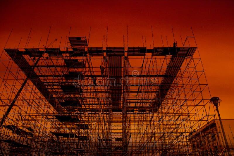Леса, строительная конструкция на заходе солнца стоковое изображение rf