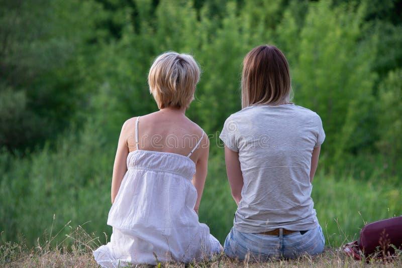 2 лесбиянки в природе стоковое фото rf