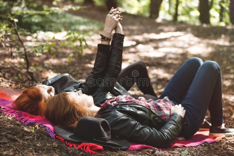 Лесбиянки лежа в лесе стоковые фото