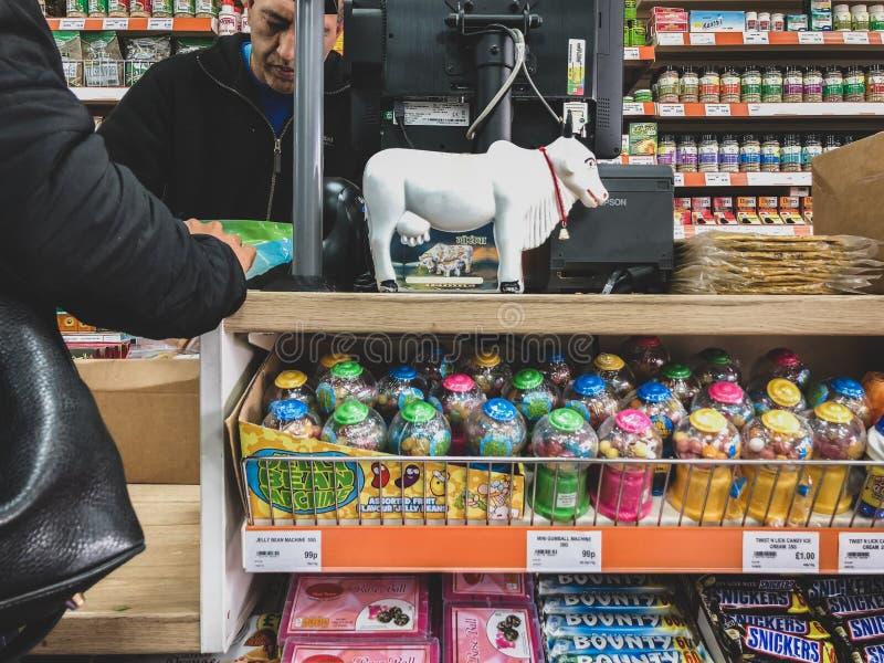 Лестер, Лестершир, Великобритания 25-ое марта 2019 - Взгляд проходов и снаружи индийского супермаркета в Лестере стоковые фотографии rf