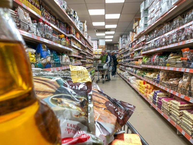 Лестер, Лестершир, Великобритания 25-ое марта 2019 - Взгляд проходов и снаружи индийского супермаркета в Лестере стоковое фото
