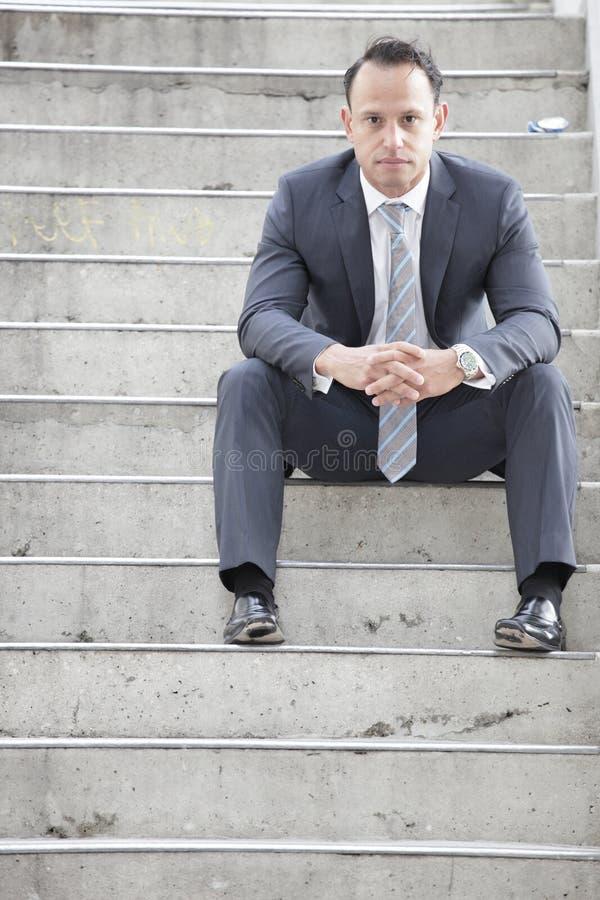лестница бизнесмена сидя стоковая фотография