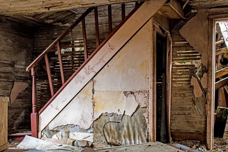 Лестница внутри получившегося отказ дома в древесинах стоковое изображение rf