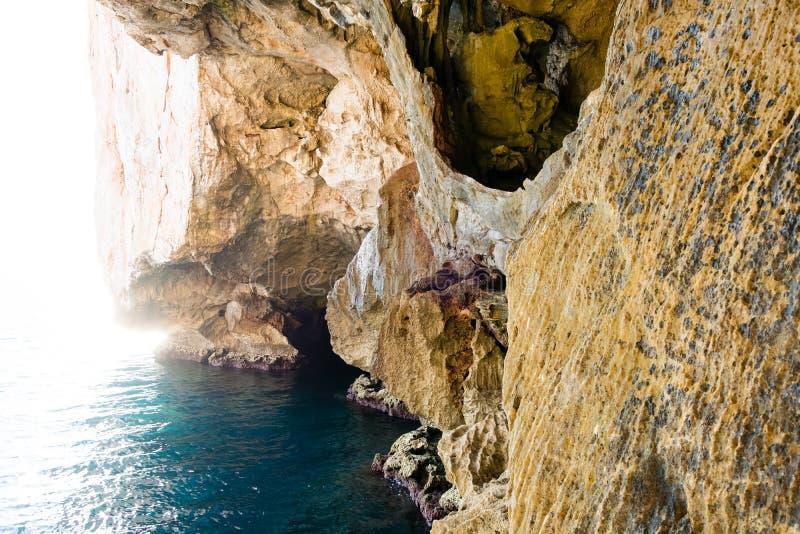 Лестница водя к гроту ` s Нептуна, в скалах Caccia каподастра, около Alghero, в Сардинии, Италия стоковая фотография