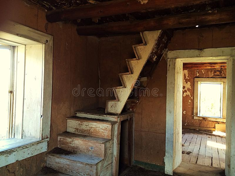 Лестница в покинутом доме стоковое изображение rf