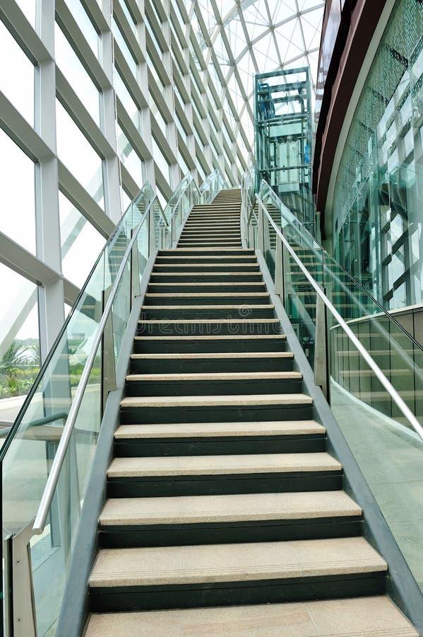 Лестница в самомоднейшей консерватории стоковое изображение rf
