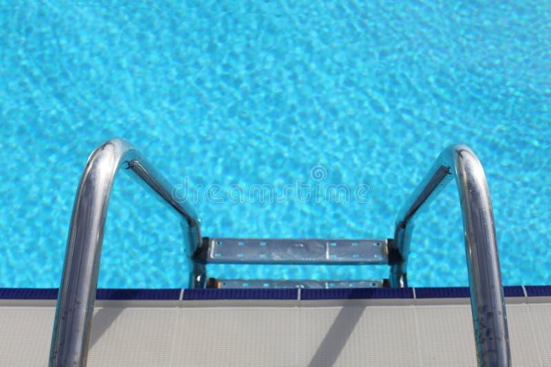 Лестница в синий бассейн стоковая фотография rf