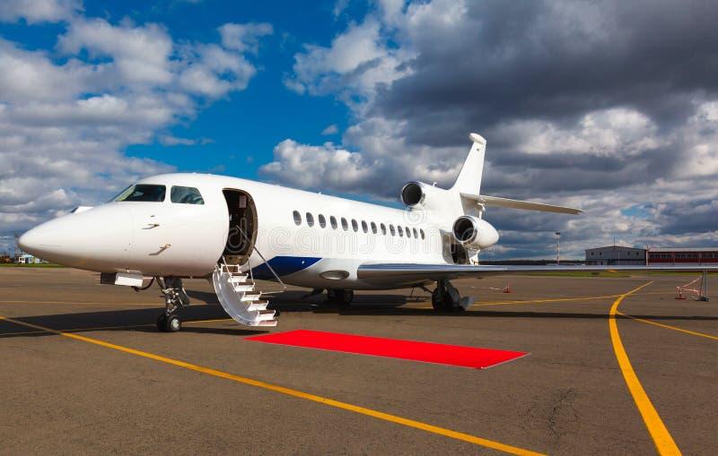 Лестница в частном самолете стоковые изображения rf
