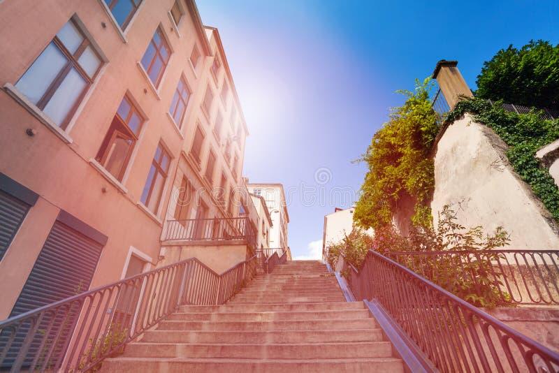 Лестница идя вверх в старый район Лиона, Франции стоковая фотография