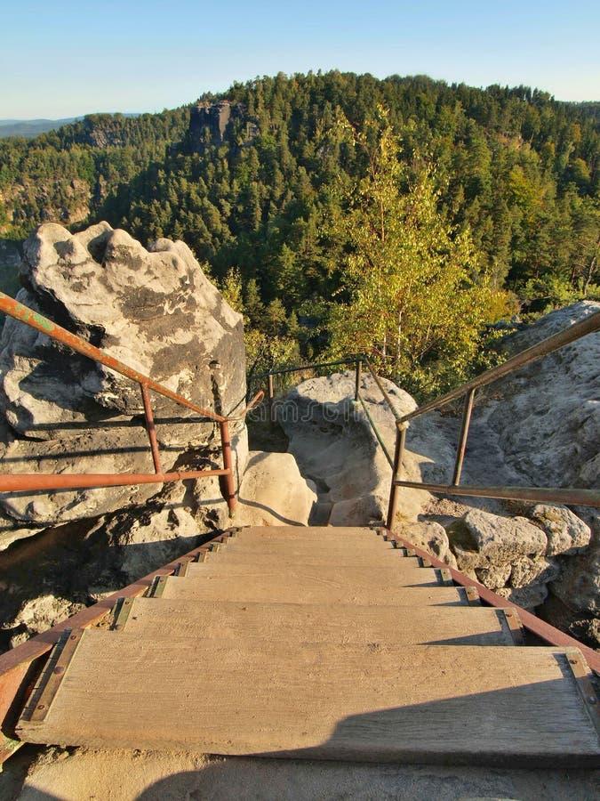 Лестница иронии деревянная с согнутым стальным поручнем в touristic пути к точке зрения стоковое изображение rf