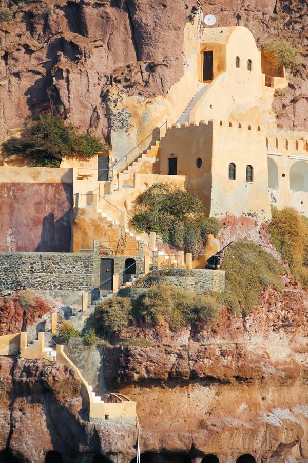Лестница и здание в утесе около старой гавани Thira стоковая фотография