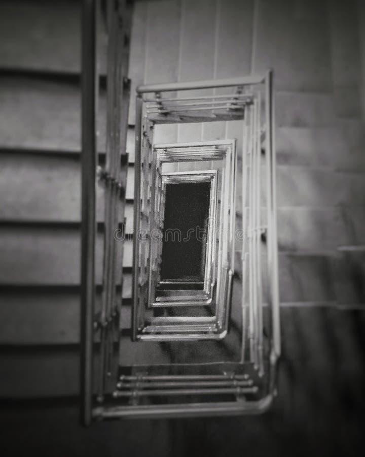 Лестница и лестницы идя в темноту нигде стоковые фото