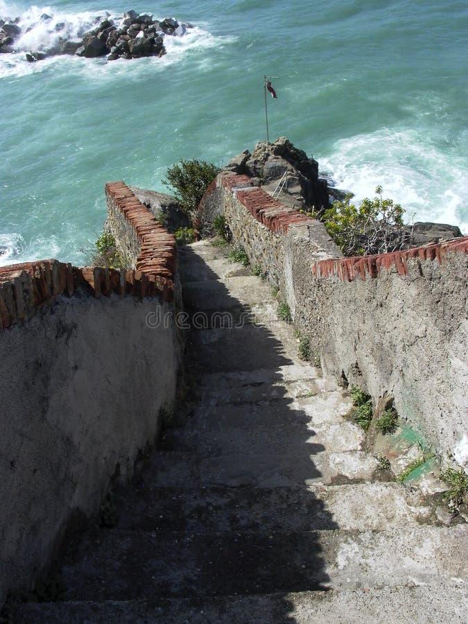 Лестница камня Италии к океану Cinque Terre стоковая фотография rf