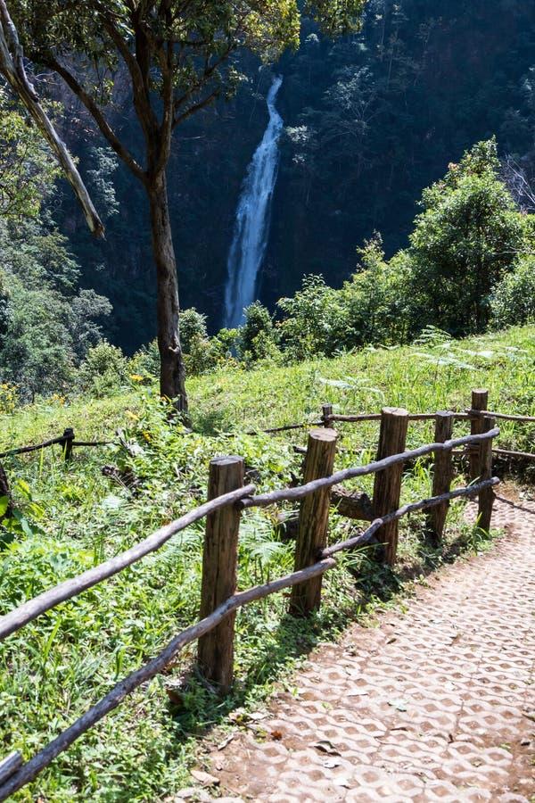 Лестница кирпича к точке зрения большого водопада стоковые фото