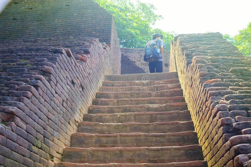 Лестница кирпича к Sigiriya или Sinhagiri старая крепость утеса, Шри-Ланка стоковые фотографии rf