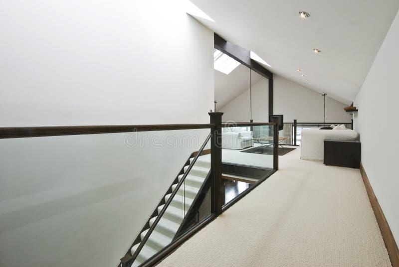 лестница комнаты просторной квартиры к стоковое фото rf
