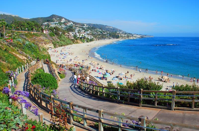 Лестница, который нужно пристать к берегу под курортом монтажа, пляжем Калифорнией Laguna. стоковые фотографии rf