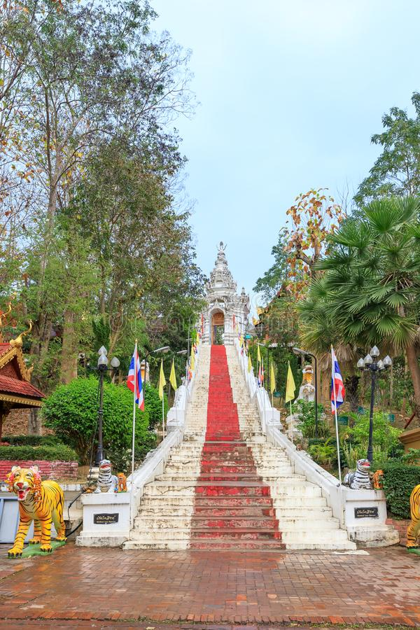 Лестница к золотой пагоде на год тигра на виске Wat Prathat Cho Hae, Phrae, Таиланде стоковая фотография rf