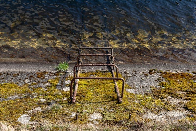 Лестница к каналу с чистой водой Спуск к конкретному дренажному каналу стоковое фото