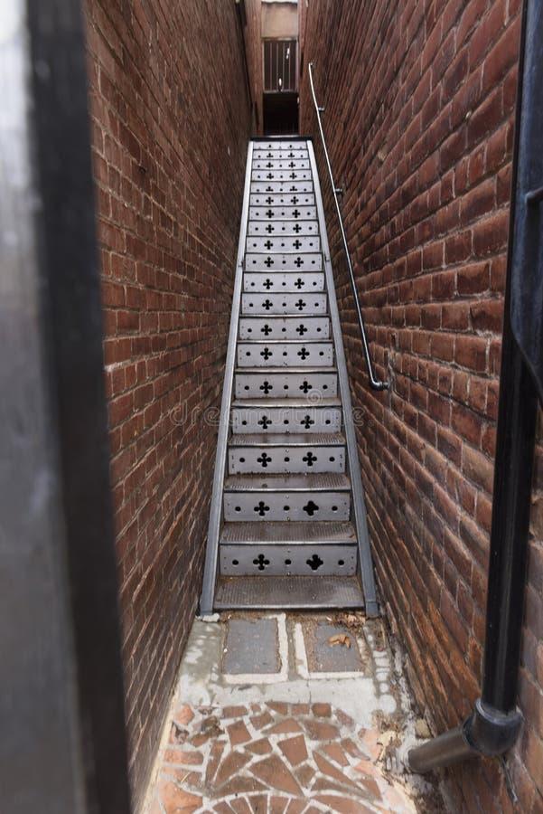 Лестница металла с украшением и кирпичными стенами, Bisbee, AZ стоковое изображение