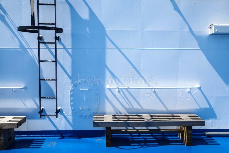 Лестница металла на стене стоковые фото