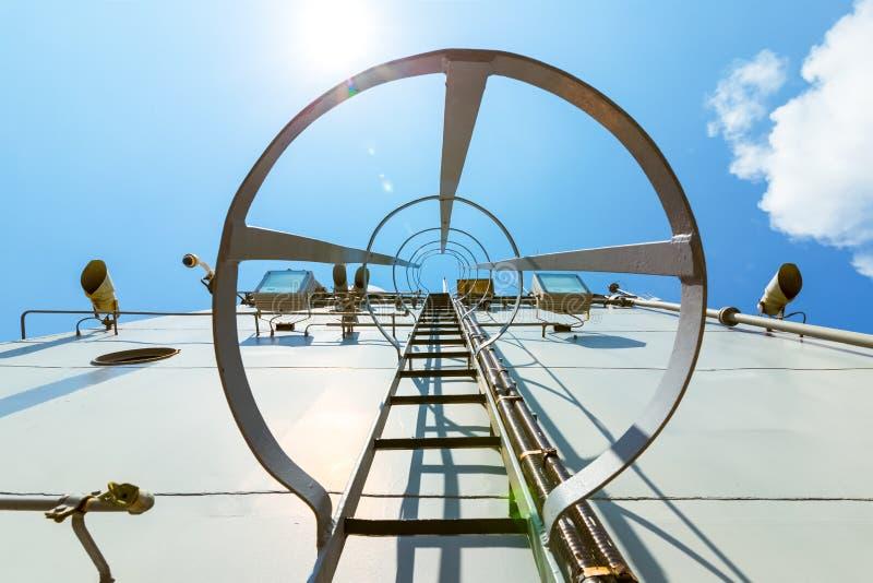 лестница на вершину боевого корабля и голубого неба в полдень стоковые изображения