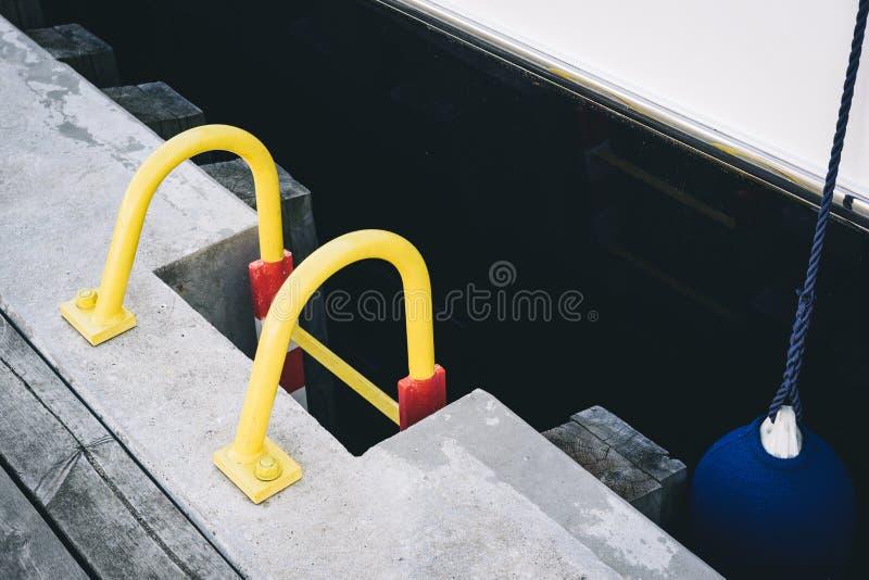 Лестница на деревянной пристани около яхты стоковые фотографии rf