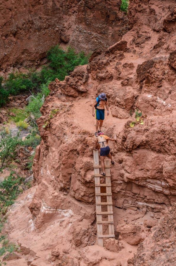Лестница пар взбираясь - водопады Havasupai - Аризона стоковая фотография