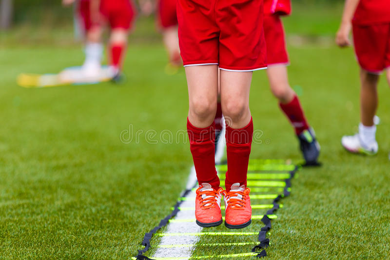 Лестница сверлит тренировки для футбольной команды футбола Молодые игроки стоковые фотографии rf