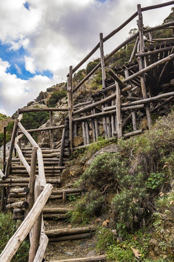 Лестница сделанная вносит дальше ущелье в журнал Richtis на зиме, Крит, Грецию стоковые изображения rf