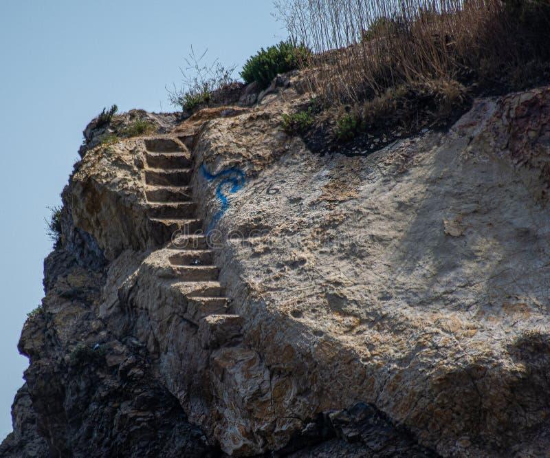 Лестница скалы утеса идя нигде стоковые изображения rf