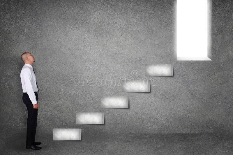 Лестница старта бизнесмена взбираясь на успешное будущее стоковая фотография rf