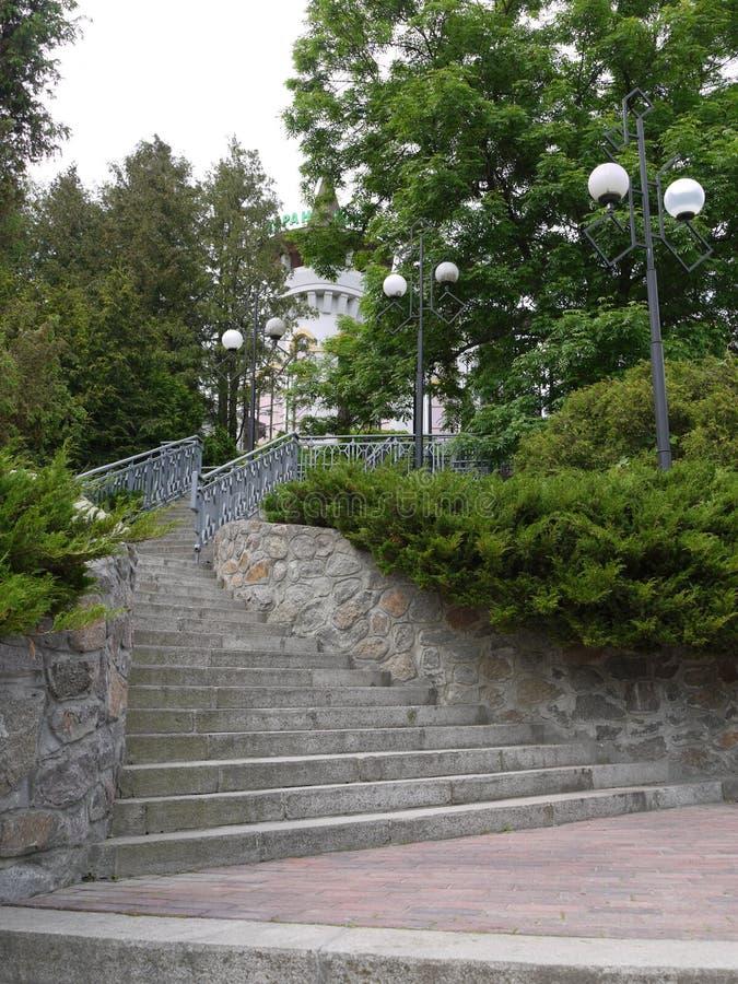 Лестница с сплющивать вверх шагает с бортовыми лампами для освещать на ноче водя до здания гостиницы стоковая фотография rf