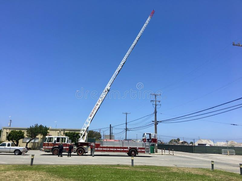 Лестница тележки отделения пожарной охраны Сан-Франциско воздушная удлинила стоковая фотография