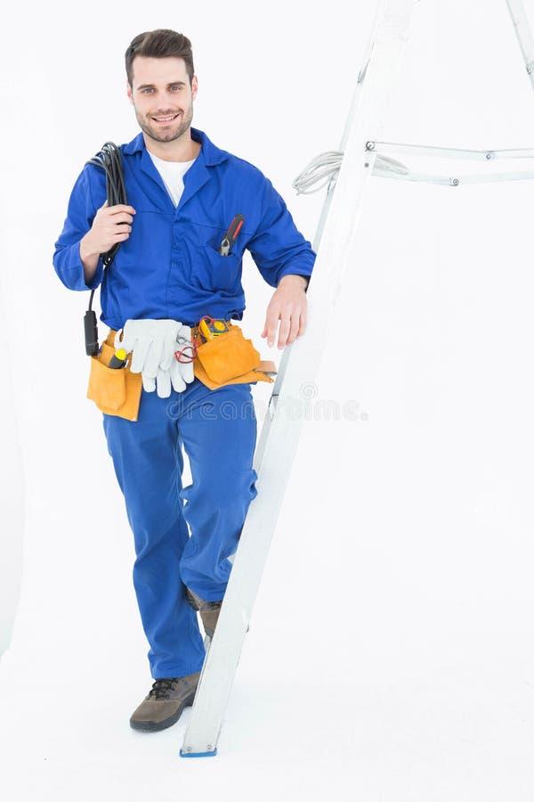 Лестница уверенно рабочий-строителя готовя стоковая фотография rf