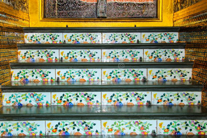 Лестница украшена с античными плитками фарфора с красивой картиной в старом тайском виске, Таиланде, Азии стоковые изображения